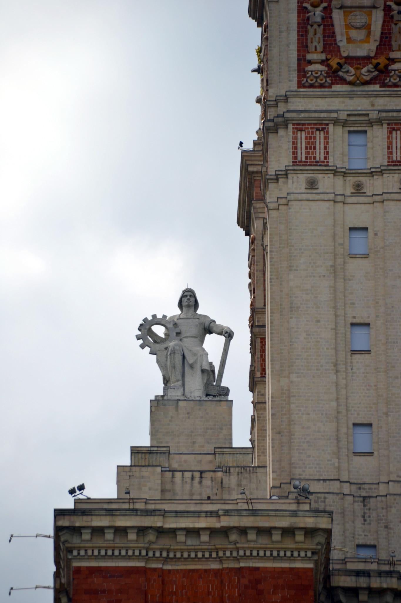 2. Скульптуры на шпиле
